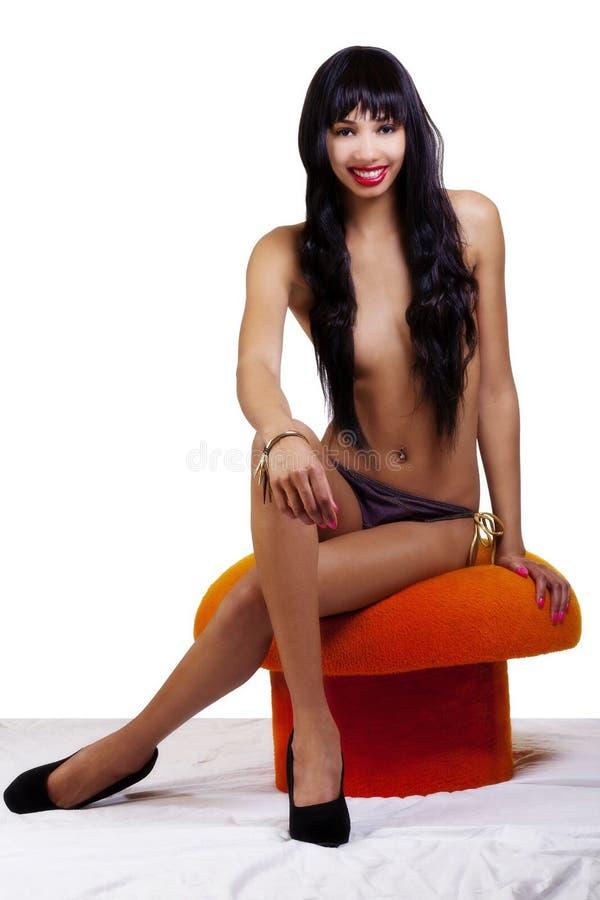 Табуретка топлесс тощей Афро-американской женщины сидя стоковая фотография rf