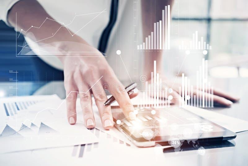 Таблетка женской руки изображения касающая современная Управляющий инвестициями работая новый офис проекта частного дела использо стоковые фотографии rf