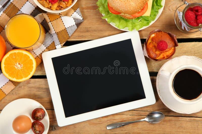Таблетка и еда стоковые фотографии rf