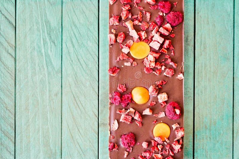 Таблетка молочного шоколада апельсина, клубники и поленики стоковые фото