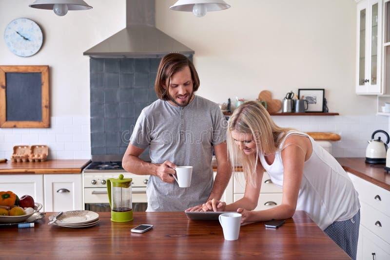 Таблетка пар образа жизни кофе стоковая фотография rf