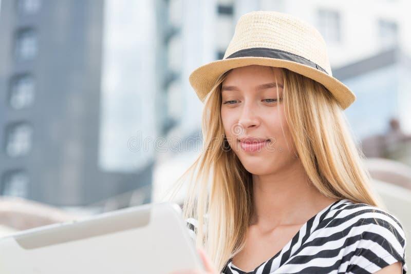 таблетка ПК девушки используя стоковая фотография rf