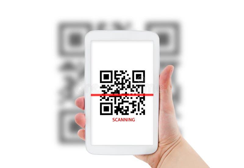 Таблетка просматривая код QR стоковые фото
