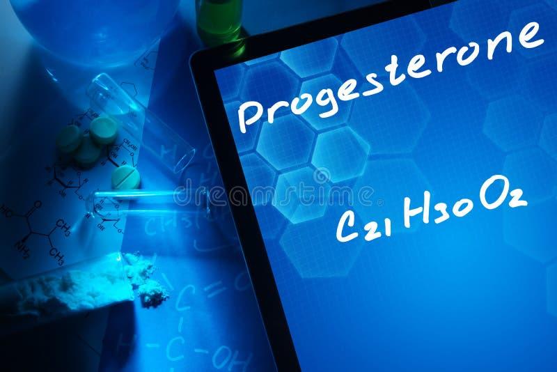 Таблетка с химической формулой прогестерона стоковые фото