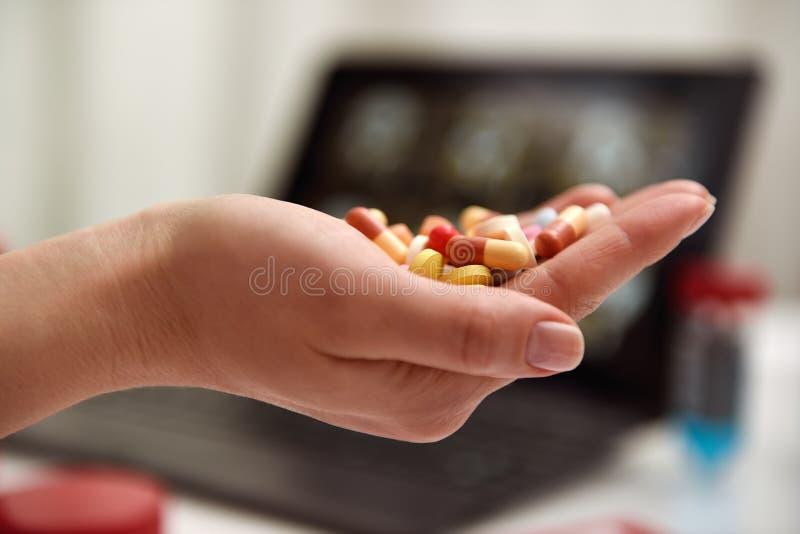 Таблетка цвета в руке стоковое фото rf