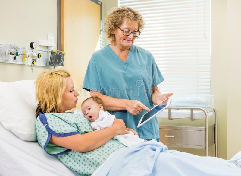 Таблетка цифров отчет о медсестры объясняя к стоковое фото