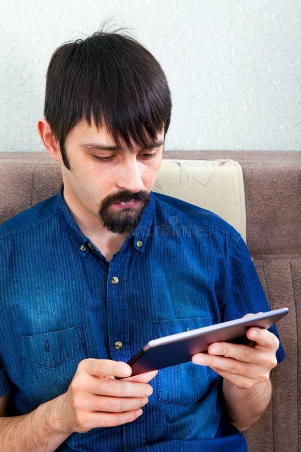 таблетка человека компьютера стоковые фото