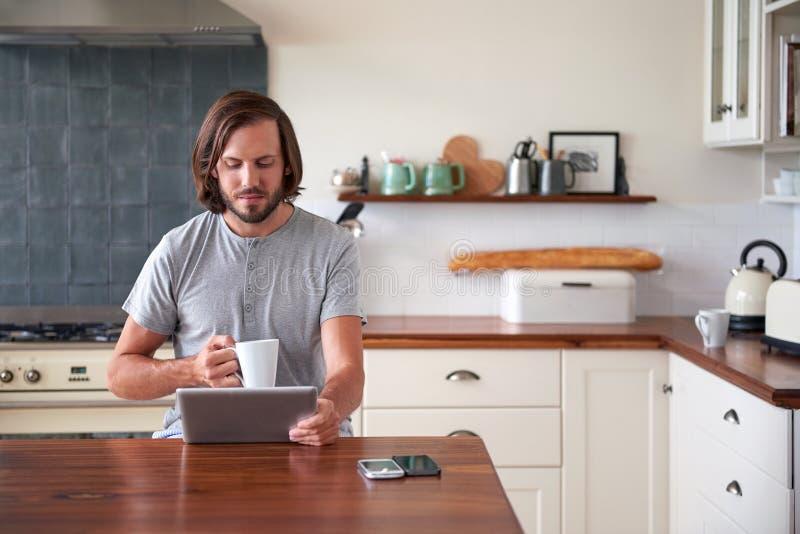 Таблетка человека образа жизни кофе стоковое фото