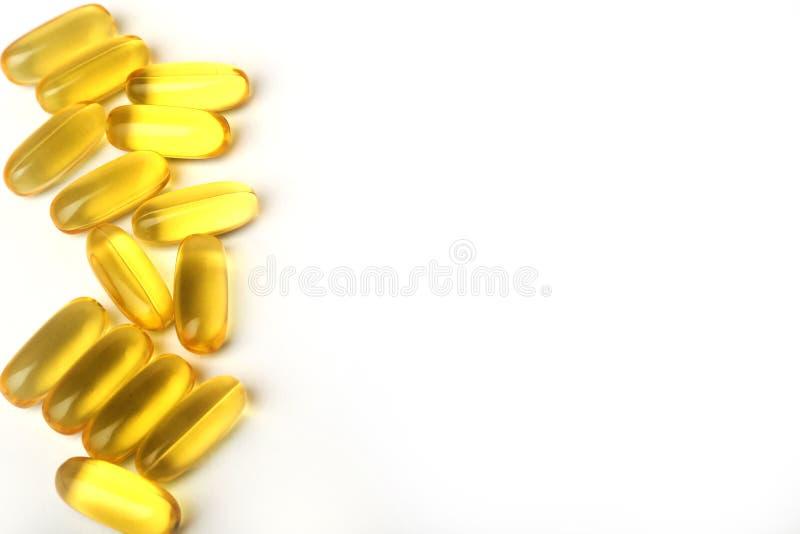 Таблетки масла печени трески на белой предпосылке стоковые изображения rf