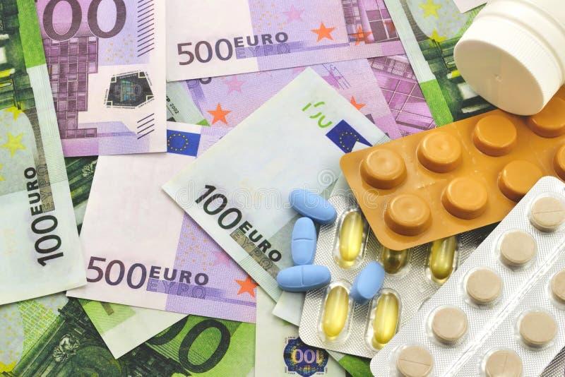 Таблетки на предпосылке денег стоковое фото
