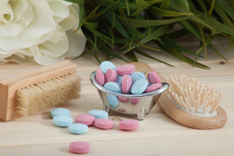 Таблетки цвета времени ванны для детей на деревянной предпосылке стоковые фотографии rf