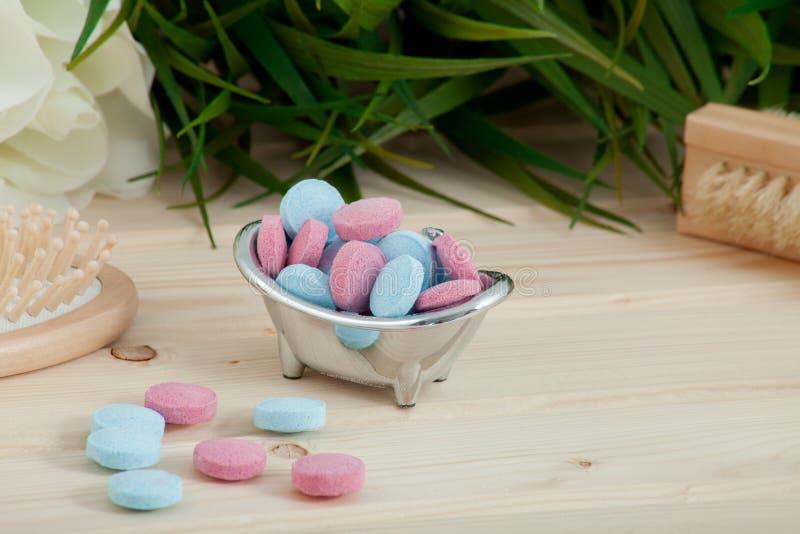 Таблетки цвета времени ванны для детей на деревянной предпосылке стоковая фотография rf
