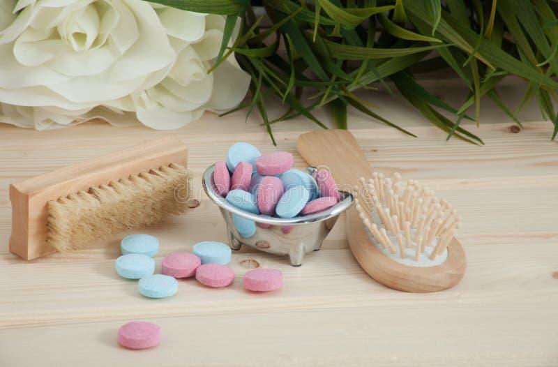 Таблетки цвета времени ванны для детей на деревянной предпосылке стоковые изображения rf