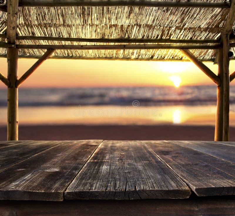 Таблица бара на пляже стоковая фотография