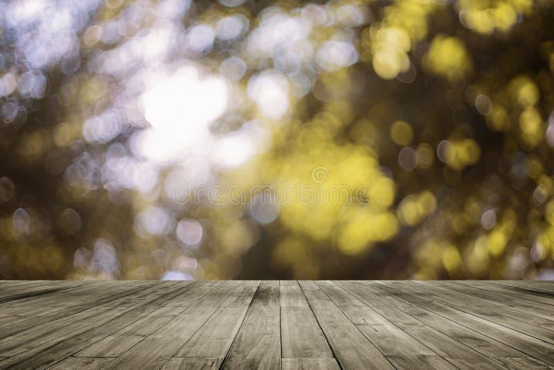 Таблица деревянной доски пустая перед естественной запачканной предпосылкой Древесина перспективы коричневая над bokeh дерева стоковая фотография
