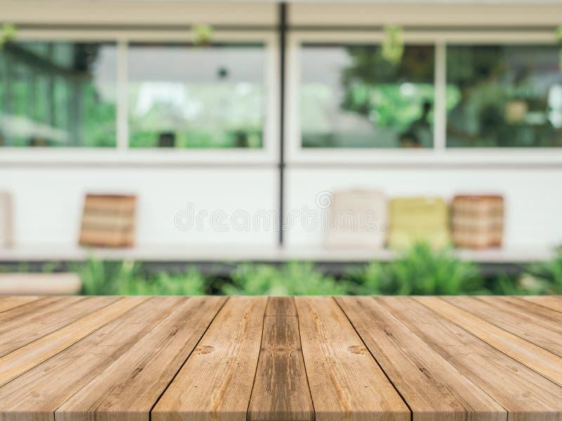 Таблица деревянной доски пустая перед запачканной предпосылкой Perspec стоковые изображения