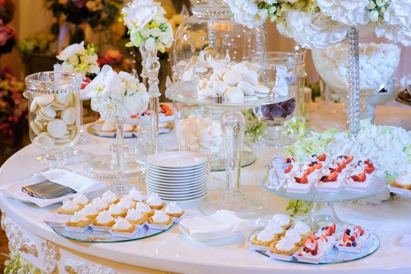 Таблица десерта на свадебной церемонии Macaroon, торт, меренга стоковые изображения rf