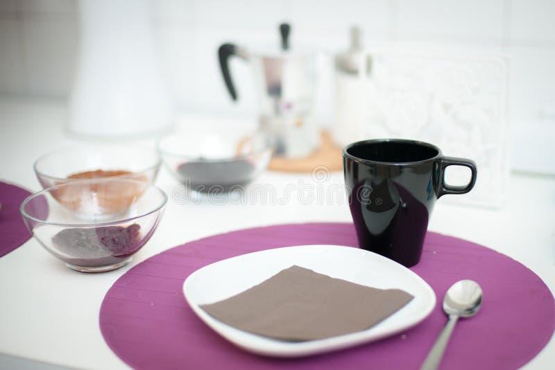 Таблица завтрака установленная, фокус на черной чашке стоковое изображение rf
