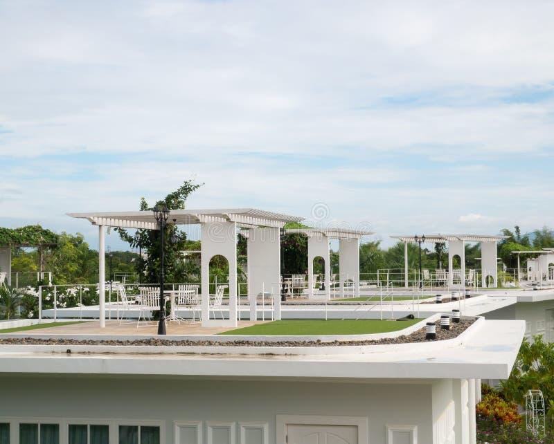 Таблица и стул на террасе верхней части крыши стоковые фотографии rf