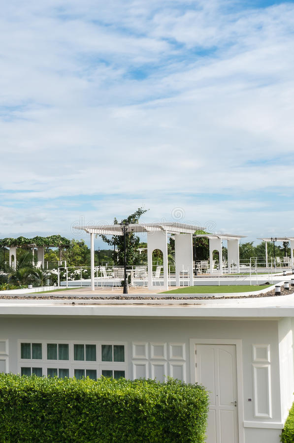 Таблица и стул на террасе верхней части крыши стоковое фото rf
