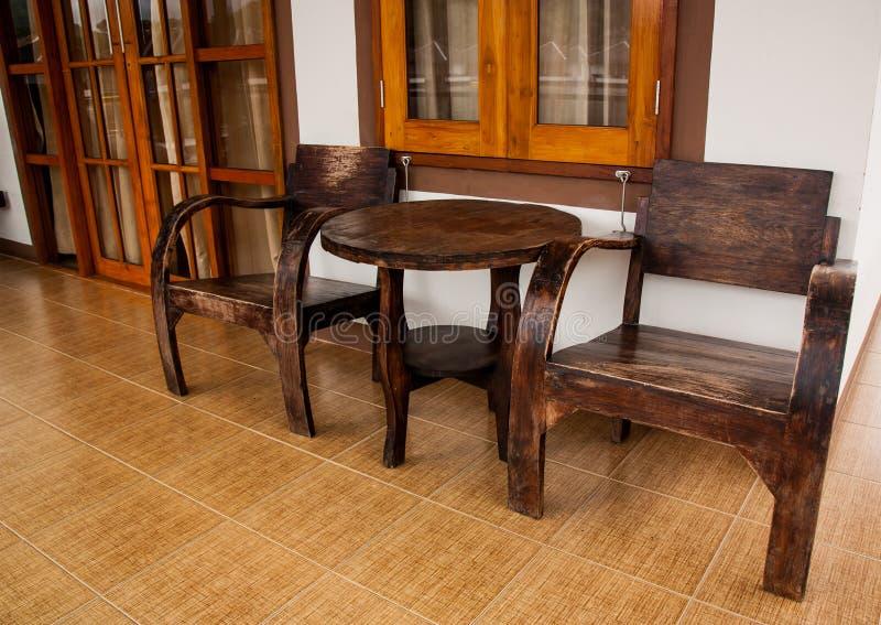 Таблица и стул перед комнатами курорта стоковая фотография