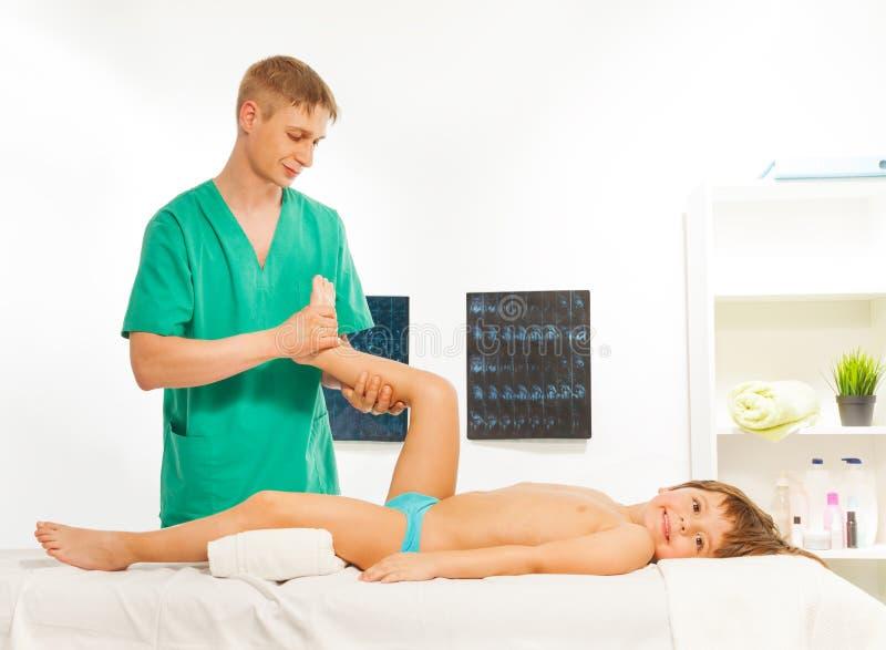 таблица массажа мальчика лежа ся стоковое изображение