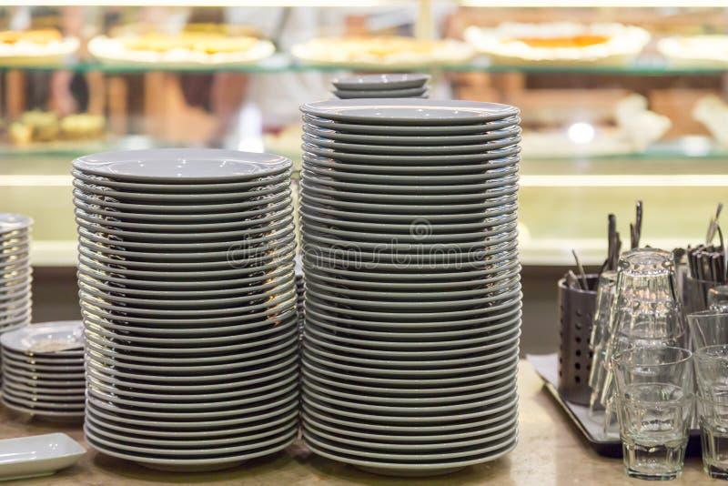 Таблица сервировки на ресторане для обедающего стоковые фото