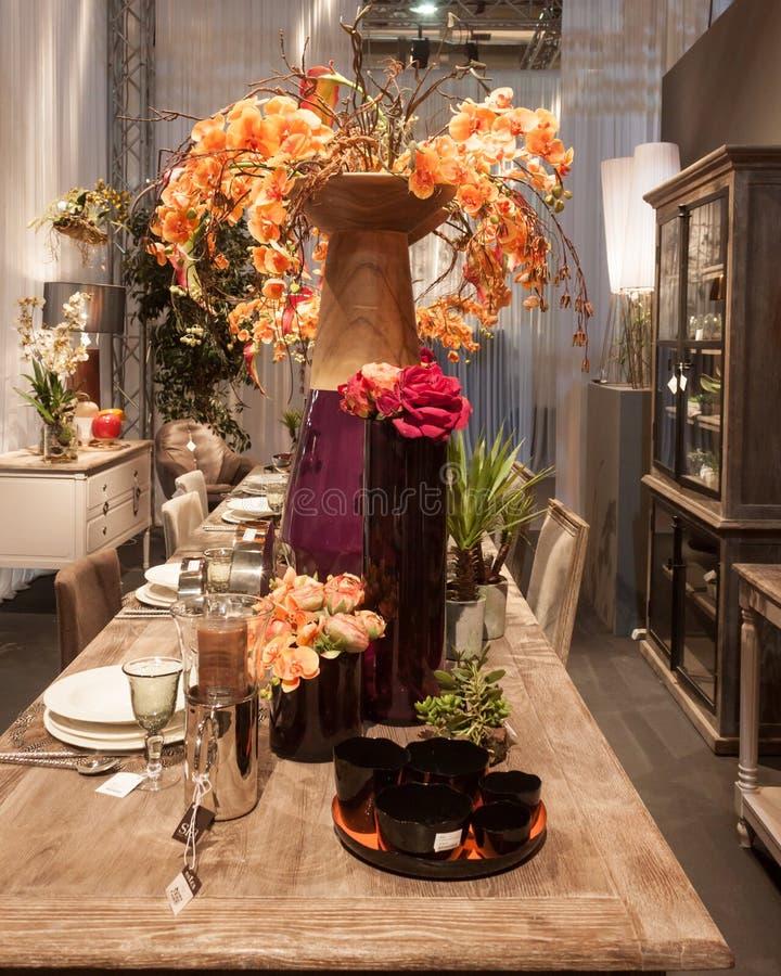 Таблица с цветками на HOMI, выставке дома международной в милане, Италии стоковая фотография rf