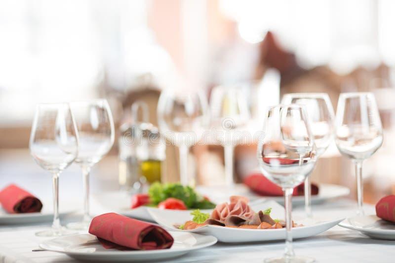 Таблица установки банкета в ресторане стоковое фото rf