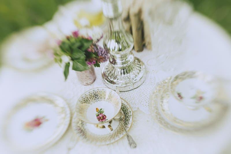 Таблица cofee свадьбы сада стоковые фотографии rf