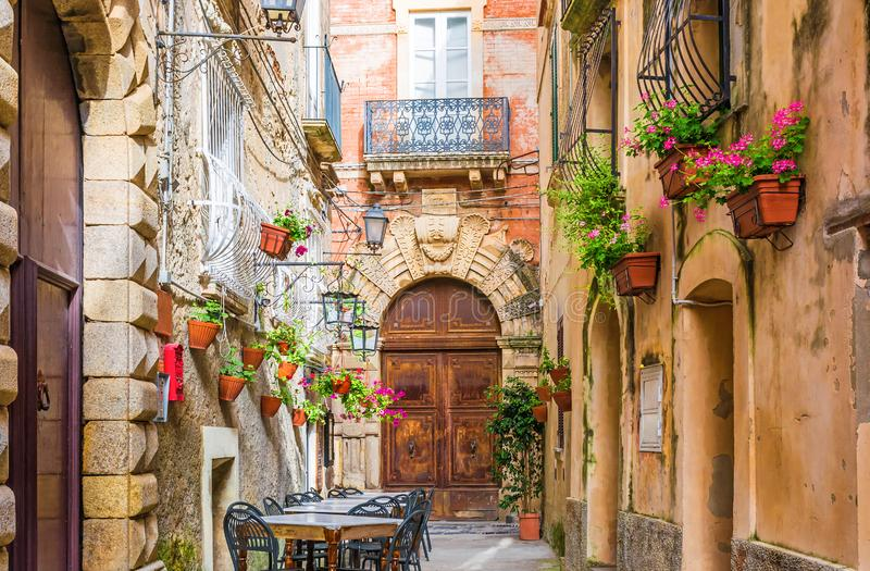 Таблицы и стулья кафа снаружи в старой уютной улице в городке Positano, Италии стоковые фотографии rf