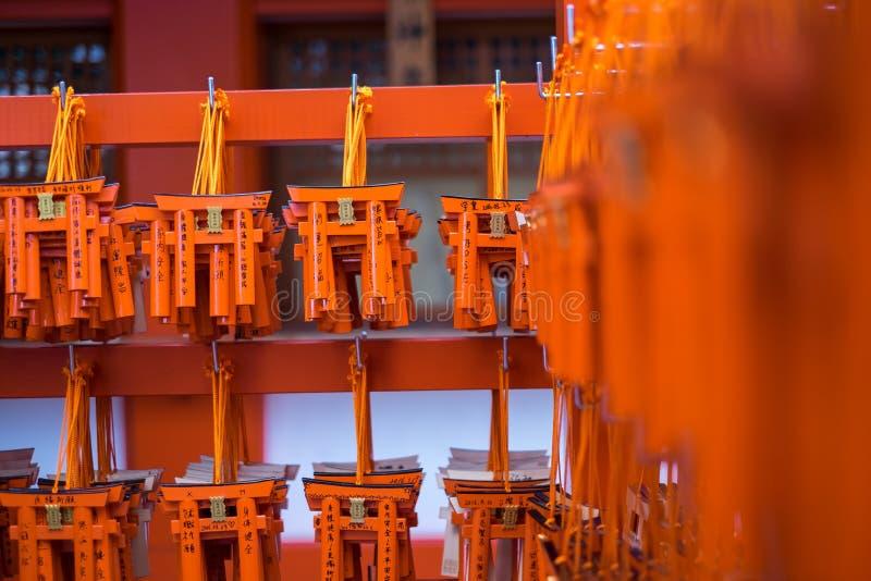 Таблицы молитве Ema с уникально Torii стробируют доски на Fushimi Inari стоковая фотография