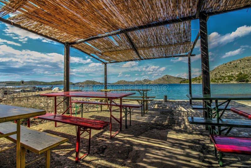 Таблицы на ресторане пляжа стоковое фото