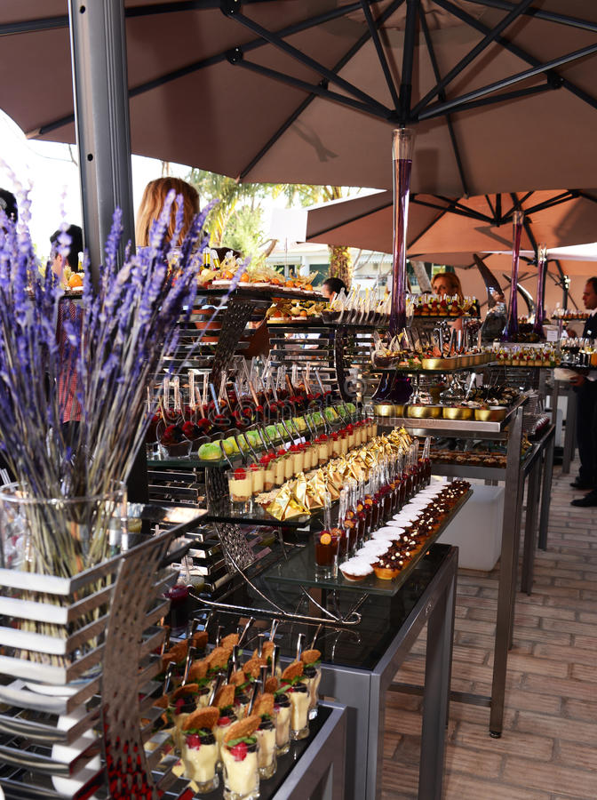 Таблицы ресторанного обслуживании с красивым и красочным забавляют-Bouches, крошечная еда стоковое фото