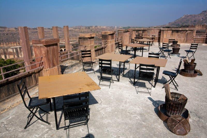 Таблицы утра опорожняют ресторан на верхней части индийской крепости стоковая фотография
