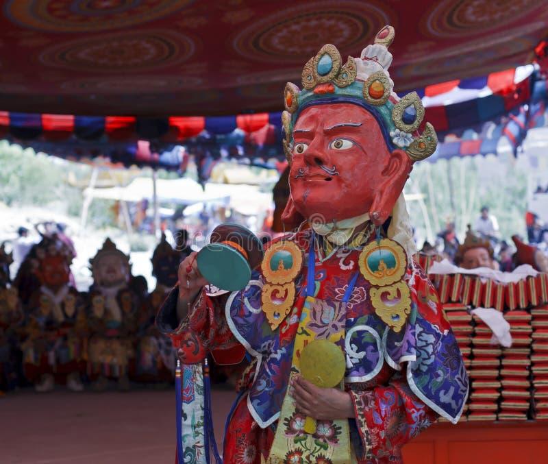 Таец pefrorms монаха ритуальный на буддийском фестивале стоковые фотографии rf
