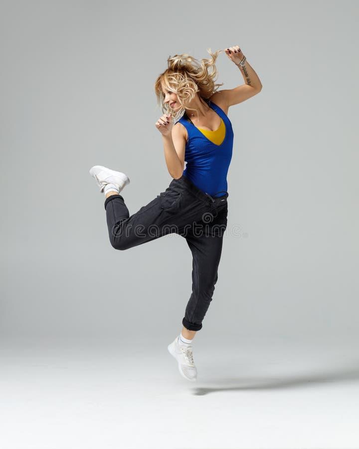 Тазобедренный танцор хмеля двигая и скача в студию стоковая фотография rf