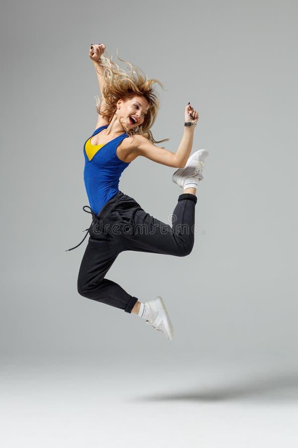 Тазобедренный танцор хмеля двигая и скача в photostudio стоковые фотографии rf