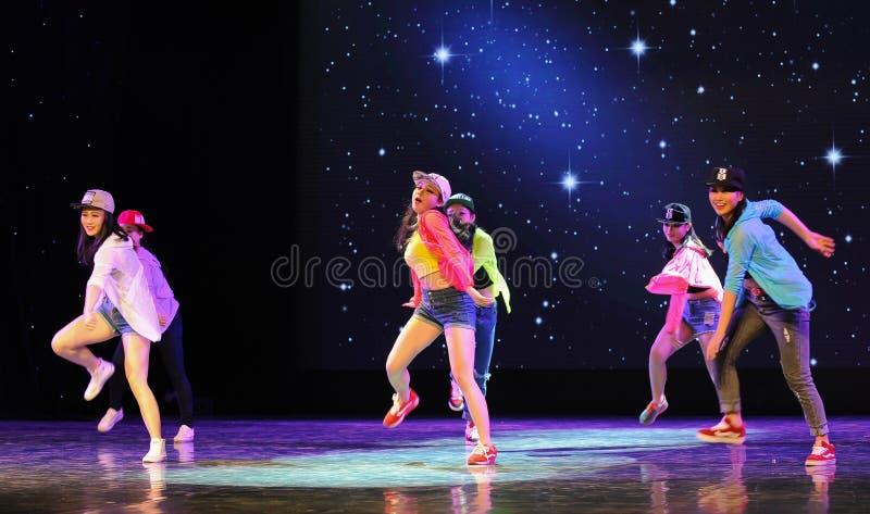 Тазобедренный танец кампуса хмеля- стоковое фото