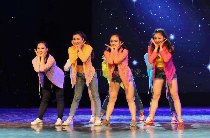Тазобедренный танец кампуса хмеля- стоковая фотография rf