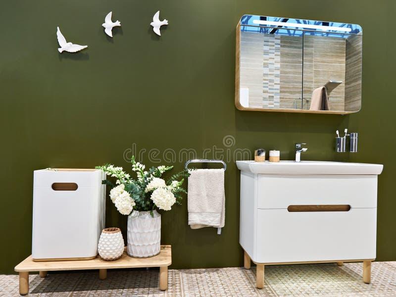 Таз и зеркало мытья в интерьере ванной комнаты стоковые изображения