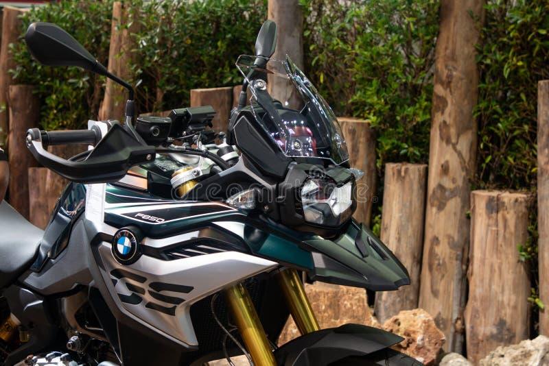 Таиланд - декабрь 2018: близкая поднимающая вверх фара мотоцикла supersports BMW F750 GS представила в экспо Nonthaburi Таиланде  стоковое фото