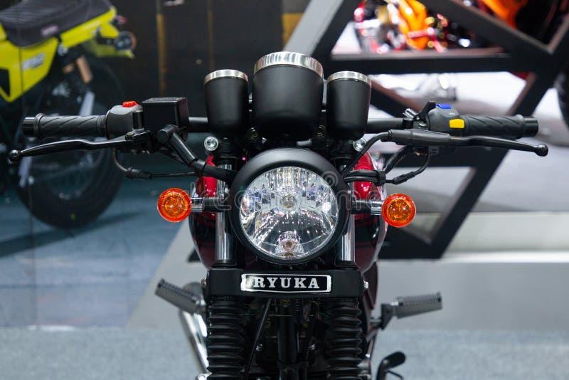 Таиланд - декабрь 2018: закройте вверх по - вид спереди мотоцикла крейсера rk125 безграничности Ryuka представил в экспо Nonthabu стоковые фотографии rf
