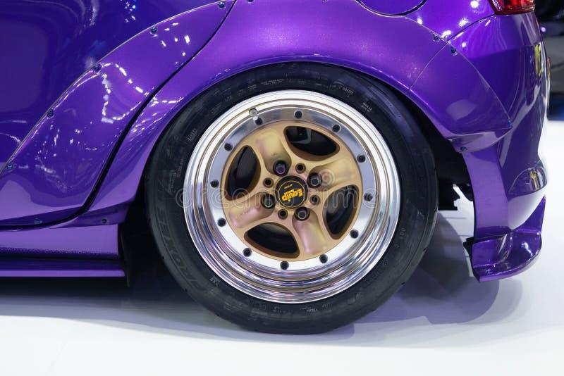 Таиланд - декабрь 2018: цвет стремительного явления suzuki пурпурный, закрывает вверх по колесу mag сплава стоковое изображение