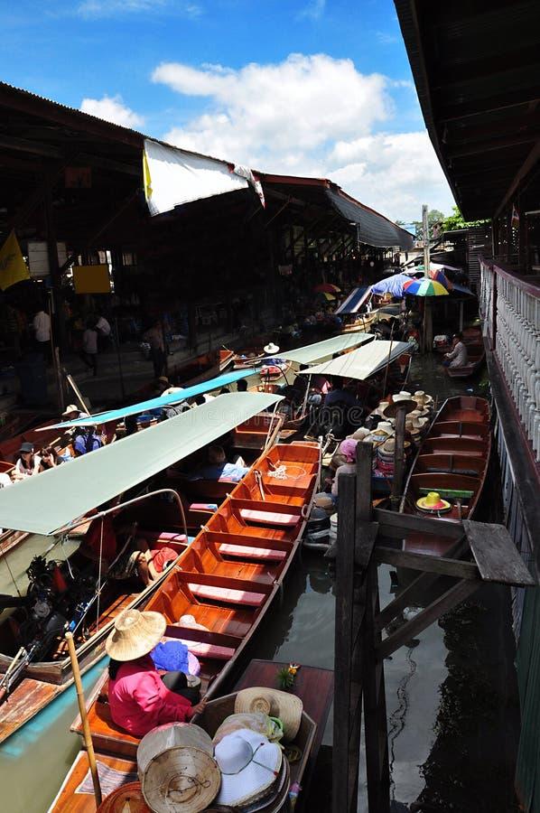 Таиланд очень популярный и touristy, плавая рынок в водных путях в Бангкоке стоковое фото rf