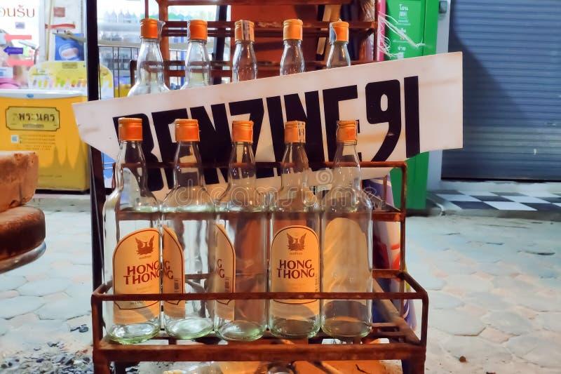 Таиланд, Пхукет - 26-ое февраля 2019; бензин 91 продал в бутылках алкоголя стоковая фотография