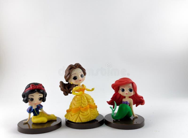 ТАИЛАНД, январь 2018: игрушки принцессы на белых предпосылке и собрании игрушки Дисней в маркетинговой кампании от лотоса Tesco с стоковая фотография