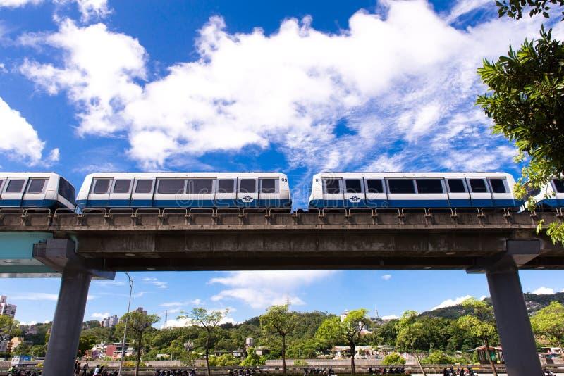 ТАЙБЭЙ, ТАЙВАНЬ - 8,2017 -ГО ОКТЯБРЬ: Взгляд поезда MRT идет к станции Maokong, главному общественному транспорту стоковые изображения