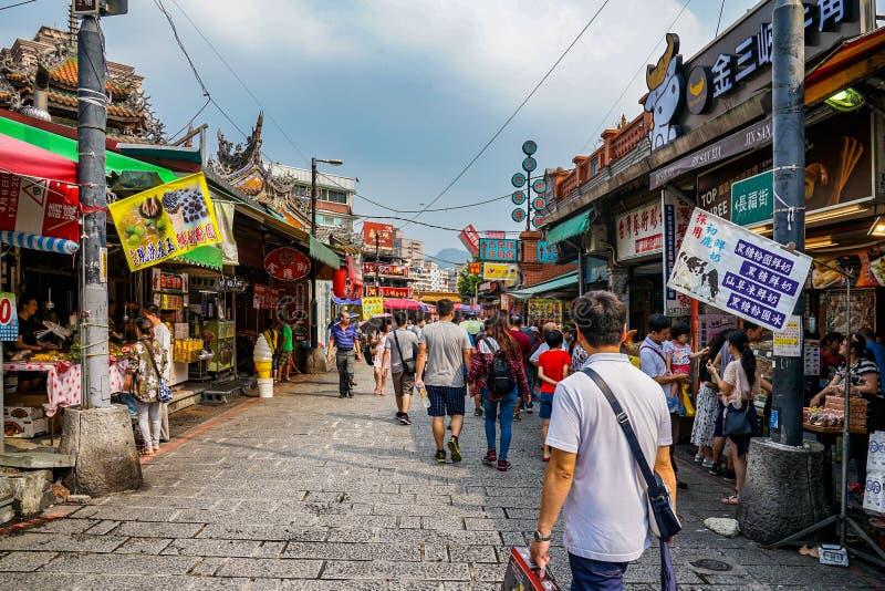 Тайбэй, ТАЙВАНЬ - 1-ое октября 2017: Местные тайваньские люди & туристы шли вокруг в улицу Sanxia старую, местный винтажный рынок стоковое изображение rf