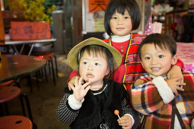 Тайваньские индигенные братья представляют во фронте камеру стоковое изображение